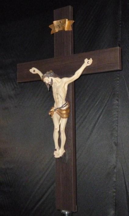 1022-Cruz de madera c/ Cristo de resina