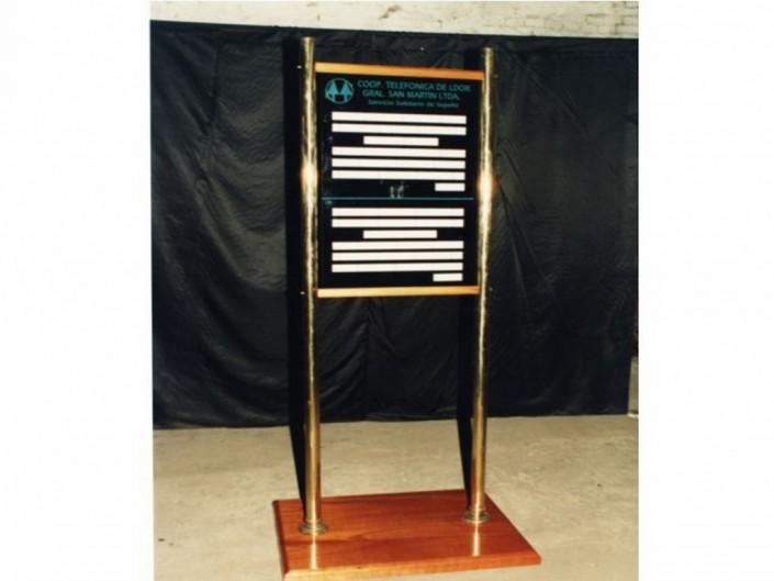 17011 Cartelera acrílico columnas de acero o de bronce con base de madera