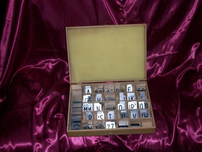 5001 Letra para fúnebre en IPI grabada en caja de madera
